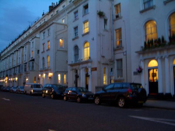 附近也有一排很多家Hotel