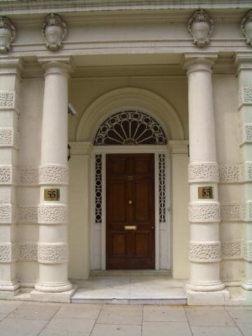 某家豪宅的大門