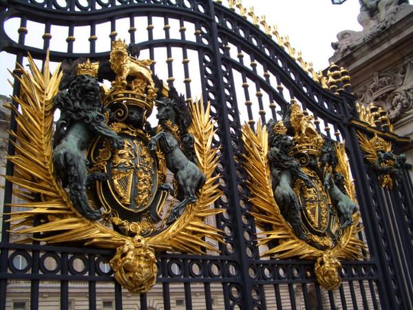 白金漢宮門上的徽章