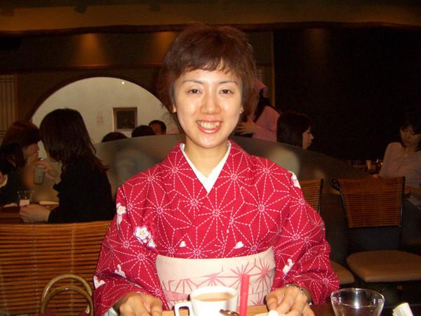 M子的短髮好佩紅色的和服哦!看了我也想剪頭髮^^||