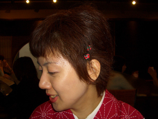 M子雖然短髮,店家還是幫她定型且夾小飾品!