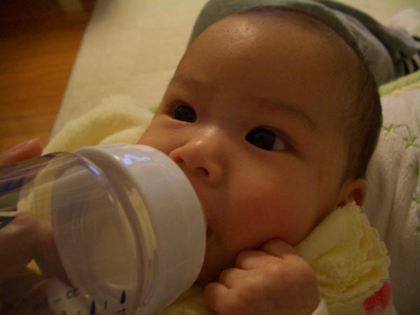 唯唯喝奶時總是緊握拳頭