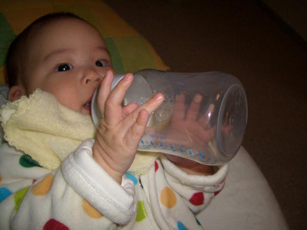 表演自己拿奶瓶