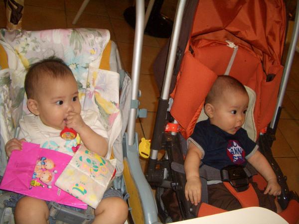 兩隻外星寶寶看大人聊呆了