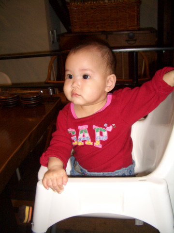 在餐廳坐兒童椅也可以坐的很好了^^