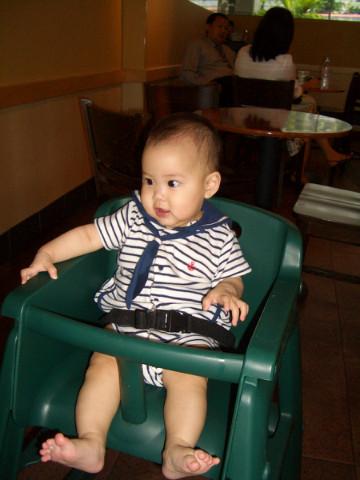 新加坡的STARBUCKS竟有兒童座椅耶