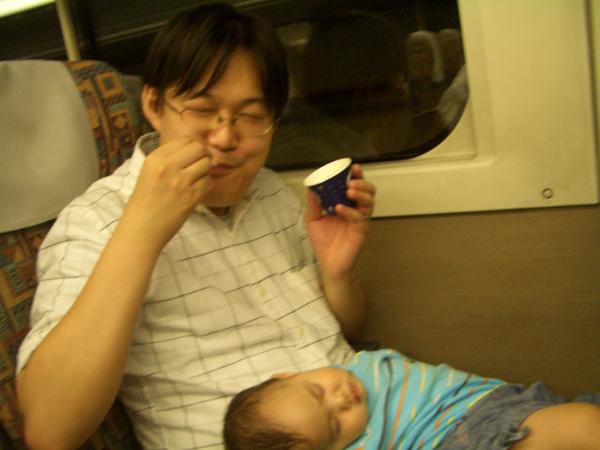 老爸竟然不顧小孩在吃冰
