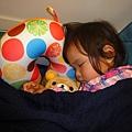 玩具摸玩後就滿足滴睡著了^^