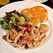 碳烤綜合海鮮沙拉佐佛卡夏麵包