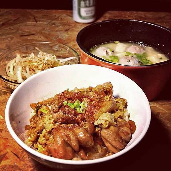 今晚來個【親子丼】套餐附有營養價值高又適合夏日的【和風涼拌洋蔥】跟【味噌貢丸湯】