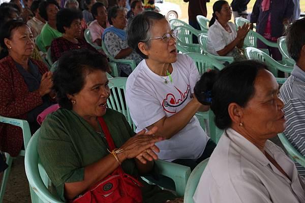 翁媽和群眾一起聆聽福音歌唱.jpg