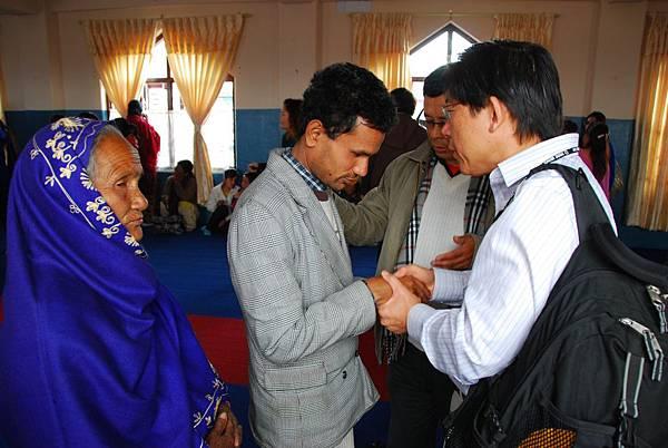 王醫師在主崇短講後為視障青年禱告.JPG