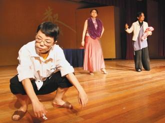 中正高中國文老師許馨之(左一),昨天徹底犧牲形象,演活劇中人物金發伯。記者蘇健忠/攝影