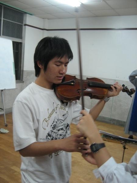 子彬拉小提琴