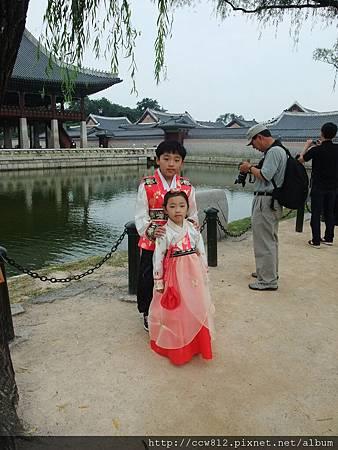 穿韓服的小朋友超級可愛,一直被當景點拍照,妹妹都快笑不出來了