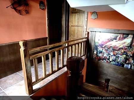 上二樓的梯間...左邊就是房間了