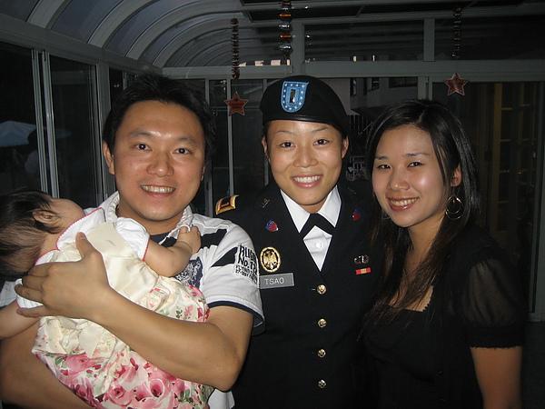 這位姐姐剛從西點軍校畢業 聽說是第一個華人女生念這間學校喔!!
