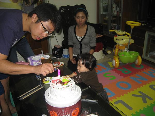 荳荳吃生日蛋糕1
