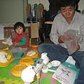 阿公幫我組裝佳純伯母送的三輪車
