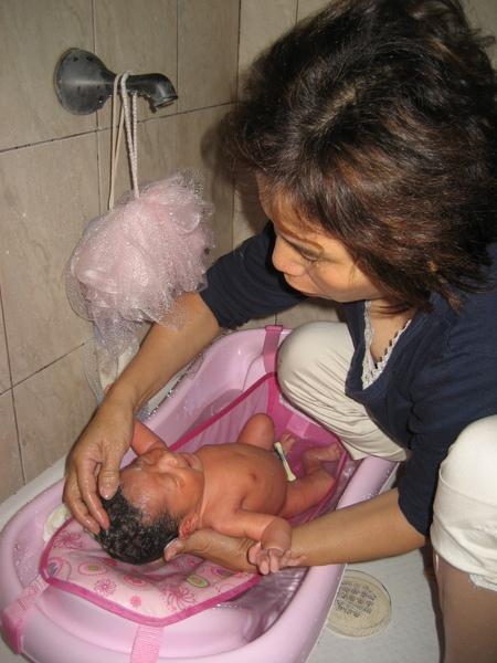 婆婆幫我洗彭澎~第一次洗澡~~~~~荳荳好害怕!