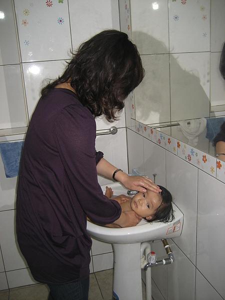 伯母幫我洗澡