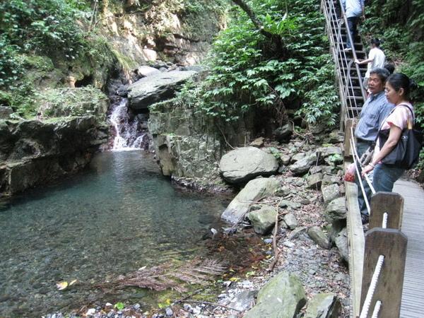 03-25_林美石磐步道-瀑布,好涼啊.jpg