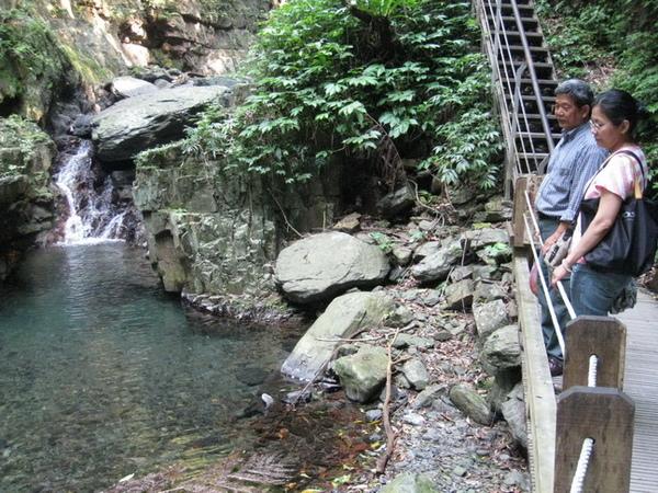 03-26_林美石磐步道-瀑布,好涼啊.jpg