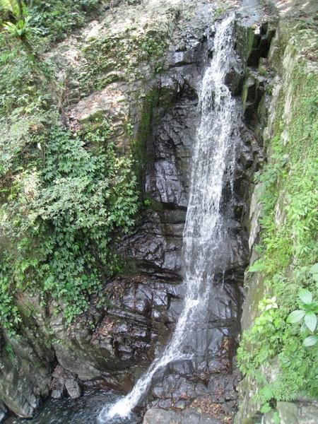 03-27_林美石磐步道-另個較長的瀑布.jpg