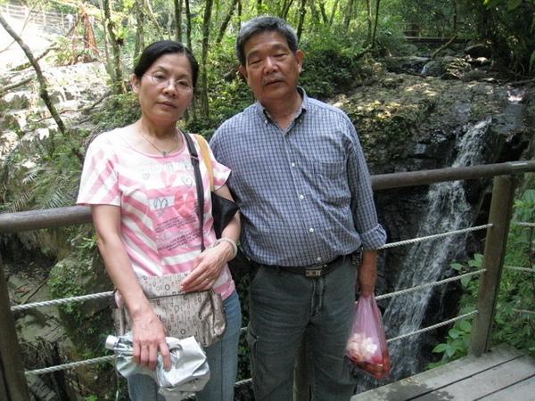 03-28_林美石磐步道-瀑布 vs 爸媽.jpg