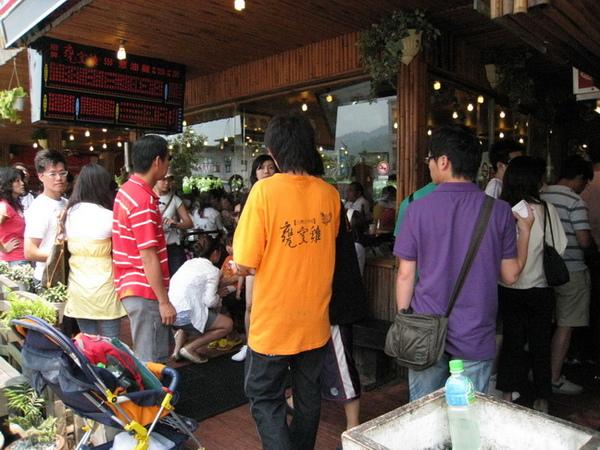 01-3_甕窯雞-排隊點餐.jpg