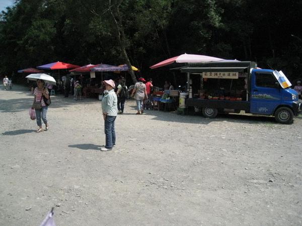 03-05_林美石磐步道-入口前的攤販.jpg