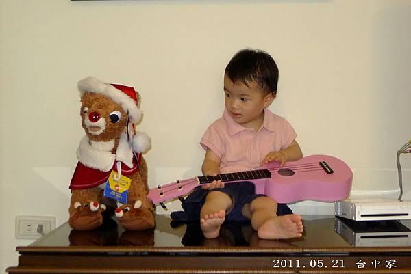 台中家_彈吉他2_20110521.jpg
