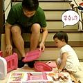 幫忙組裝新玩具_20110711.jpg