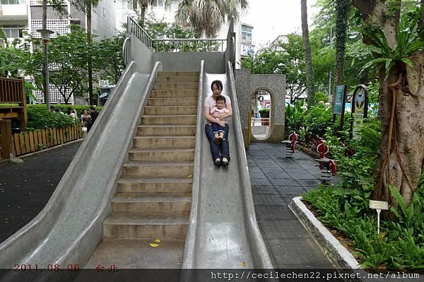 姑估抱溜滑梯_20110806.jpg