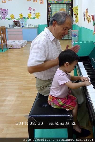瑞琴姨婆家玩_彈鋼琴_20110820.jpg