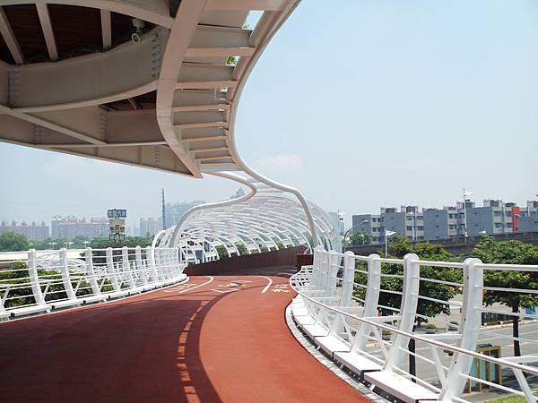 高雄✿藤蔓造型~前鎮之星流線自行車橋