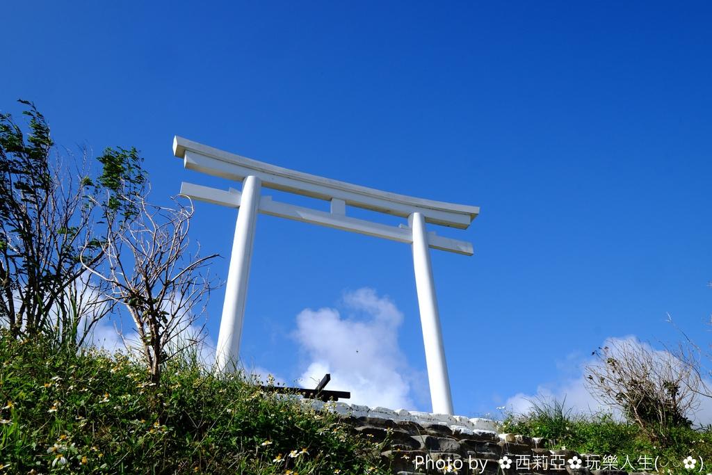 眼前這一座夢幻純白色的日式鳥居,其實前往國境之南高士神社就可以探尋到囉