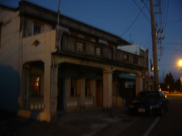 茂伯的家... 天都黑了@@