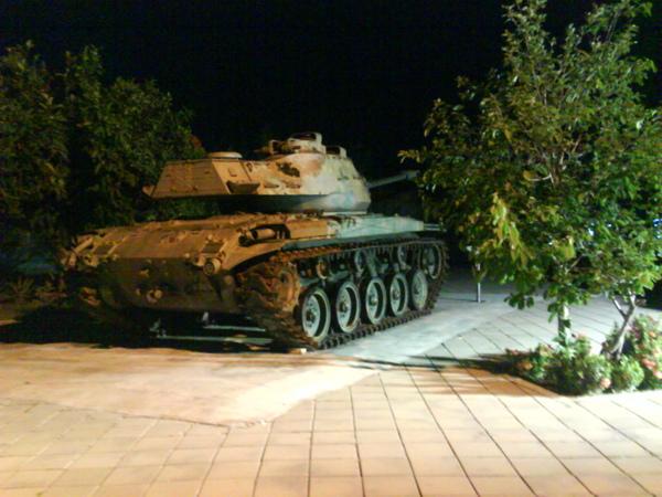 代表和阿嘉的媽媽 吃完喜酒散步回家經過的戰車 XD