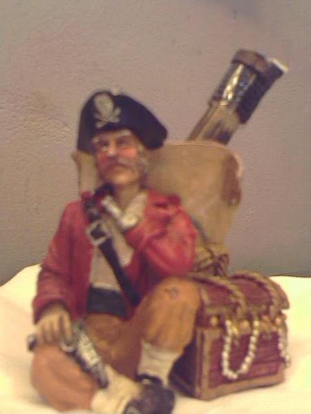 桌上的筆筒是個瞎眼的海盜
