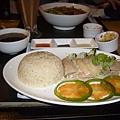 海南雞飯~還有附一碗肉骨茶湯 超划算~
