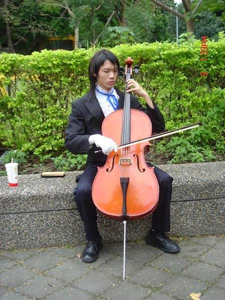 真的現場就拉起提琴了...