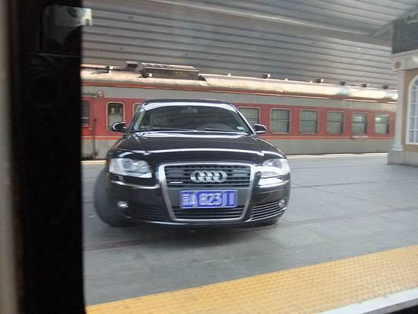轎車開到月台上 (P3).JPG