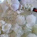 這次製作的禮服衣花,一口氣要做十幾組,雖然正在趕工,但對於材質和細節,仍是要有所要求和堅持,並且也要耐心的付出情感~花朵才會生動! 花瓣材質元素有蕾絲,烏干紗,鈦絲,花芯部份是採用,水晶,珍珠,鑽,這麼費時的準備材料製作,是為了讓花飾的質感更有層次及立體感~  台北/高雄都有開課 課程諮詢:請加FB私詢 或+886930510899 LINE ID:evon0120(吳憶萌-Evon老師)  更多資訊: http://goo.gl/iscXit.jpg