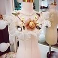 早安~下雨的週一早八課😅 出門前,看到隨手放在人台上的蕾絲前領,學生們建議我做花童服 嗯~還真不錯!