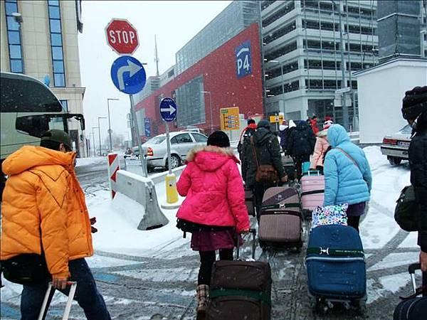 前往停車場~~在飄雪呢