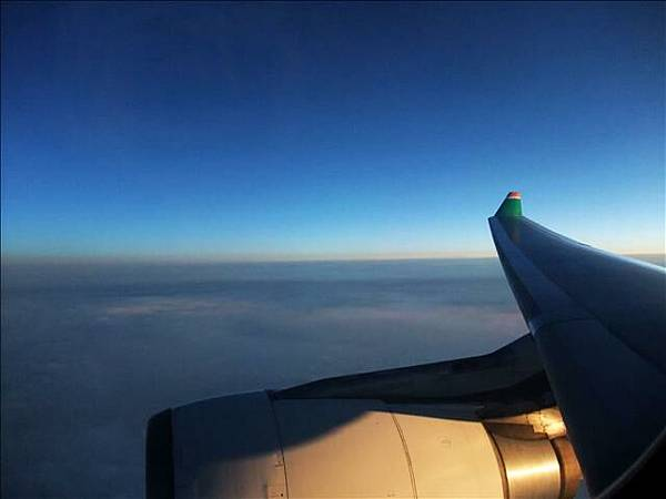 我們坐在機翼旁邊