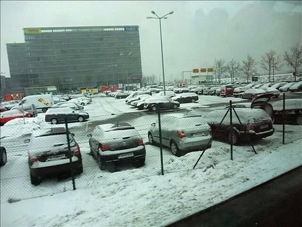 路上都積雪呢