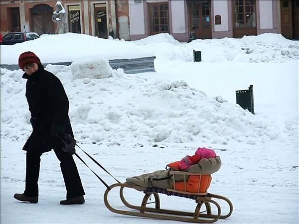 """當地人冬天帶小孩出門是這樣""""拉""""的ㄝ"""