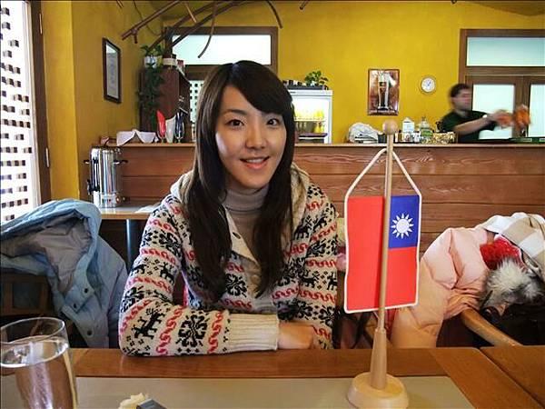 桌上還有擺小國旗呢
